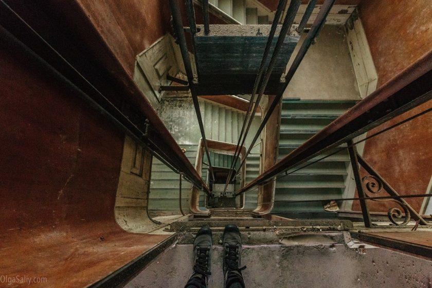 Шахта лифта в заброшенном здании