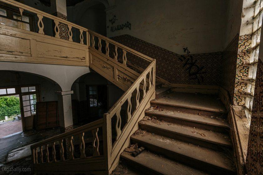 Лестница в заброшенном здании
