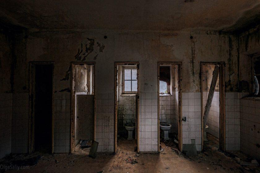 Туалеты в заброшенном санатории, Европа