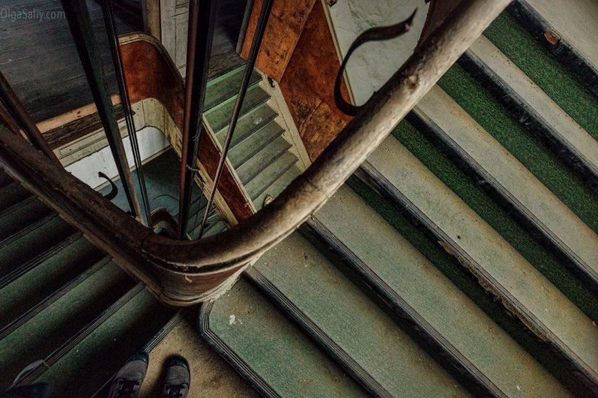 Лестницы в заброшенном госпитале
