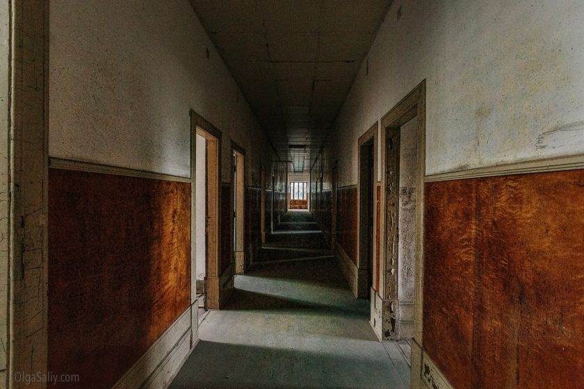 Коридор в заброшенном здании