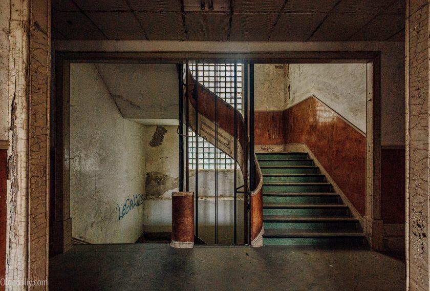 Лестница и лифт в заброшенном здании больницы