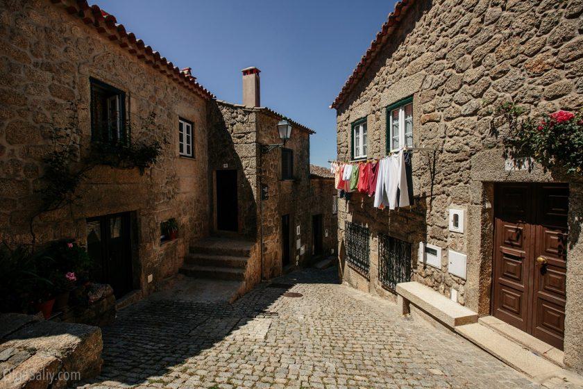 Улочки и каменные дома деревни Монсанто