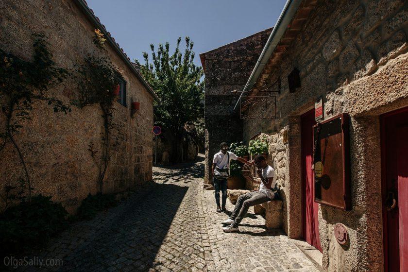 Туристы в деревне Монсанту