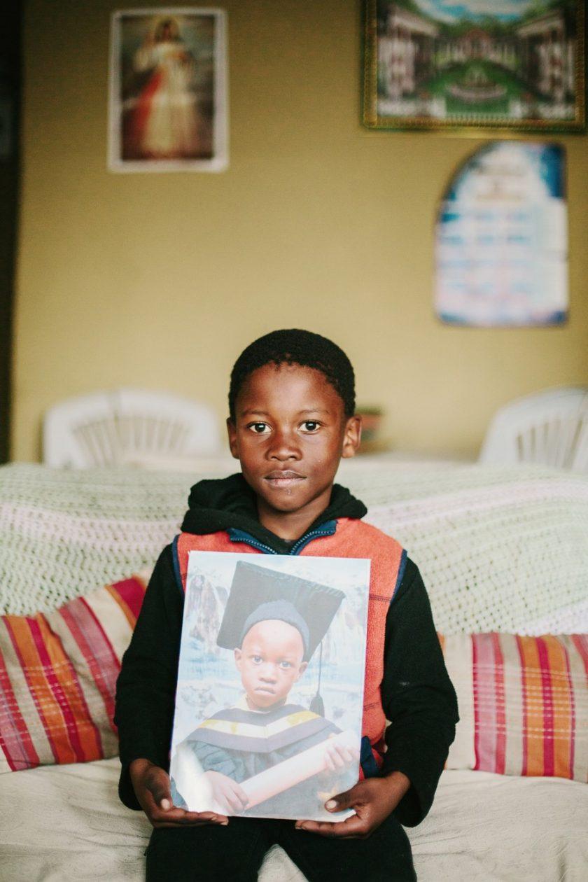 Африканский мальчик у себя дома в трущобах Кейптауна