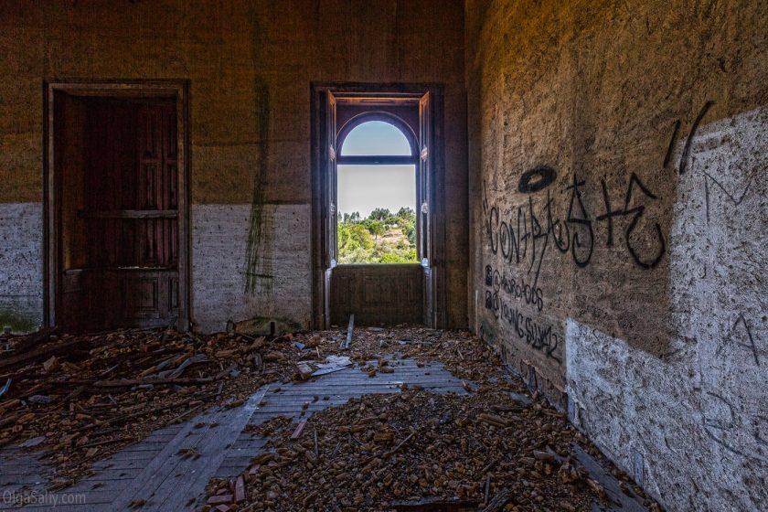 Заброшенный замок мусорного короля в Португалии. Лиссабон (9)