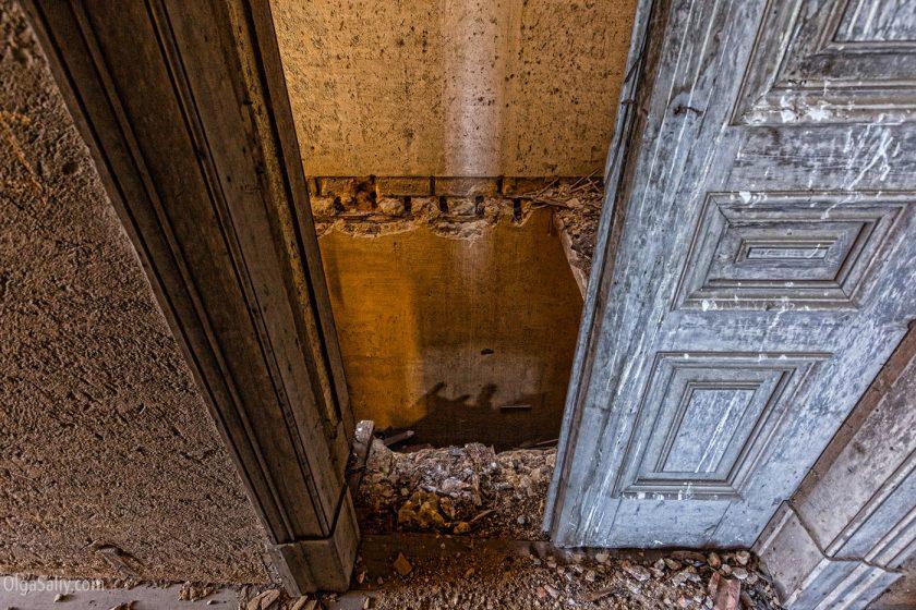 Двери и помещение без пола в заброшенном замке