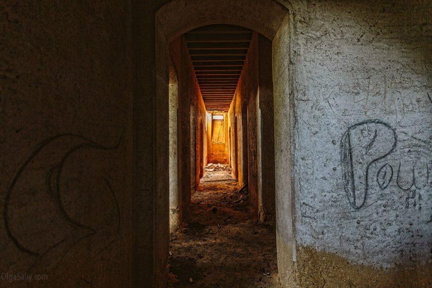 Коридор в заброшенном дворце мусорного короля