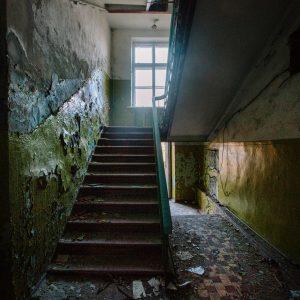Лестница в заброшенной школе, Териберка