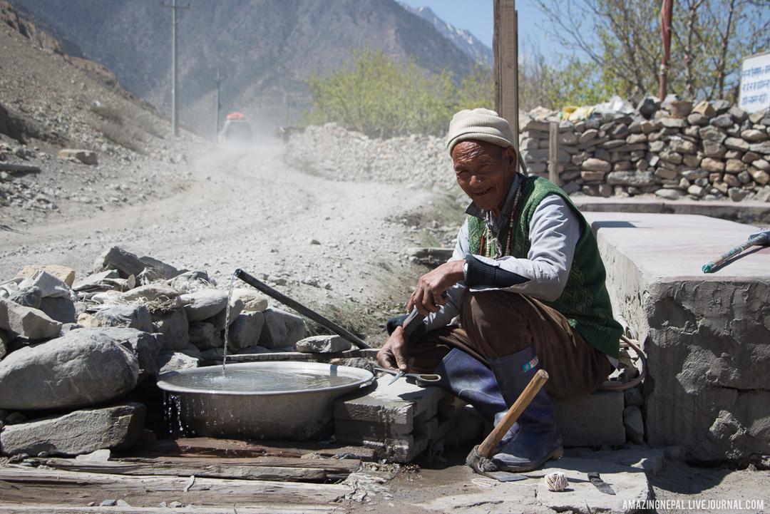 Портрет местного жителя в Непале, в районе Аннапурны