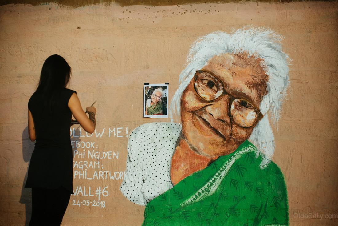 Граффити портрет бабушки на стене в Варанаси