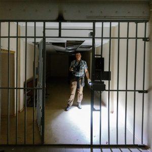 Тюремные решетки в заброшенной тюрьме