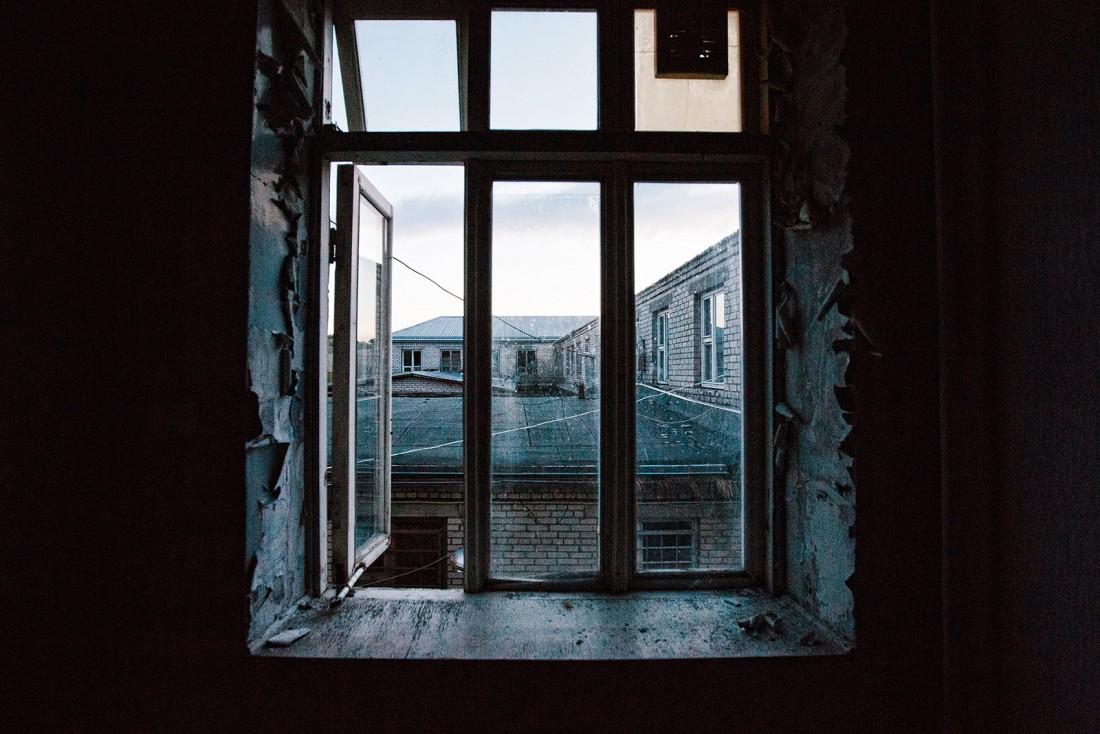 Разбитое окно в заброшенной тюрьме