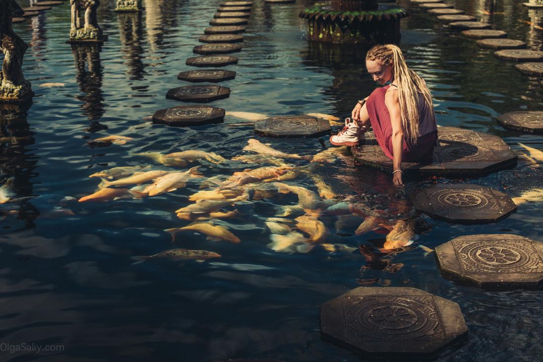 Taman Tirtagangga храм с рыбами на Бали
