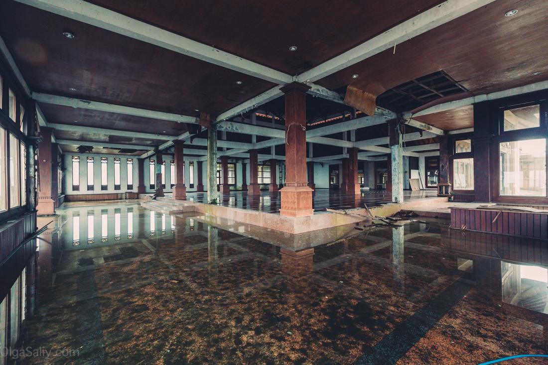 Заброшенный отель на Бали (15)