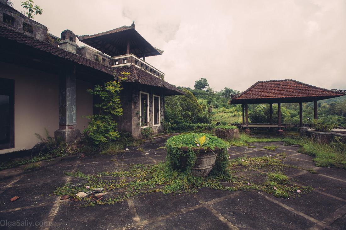 Заброшенный отель на Бали (7)