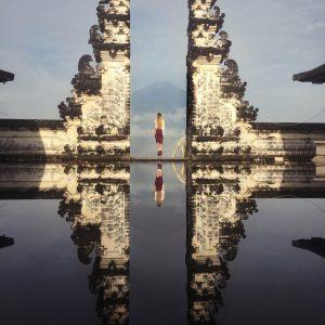 Храм Лемпуянг с отражением и видом на Агунг на Бали