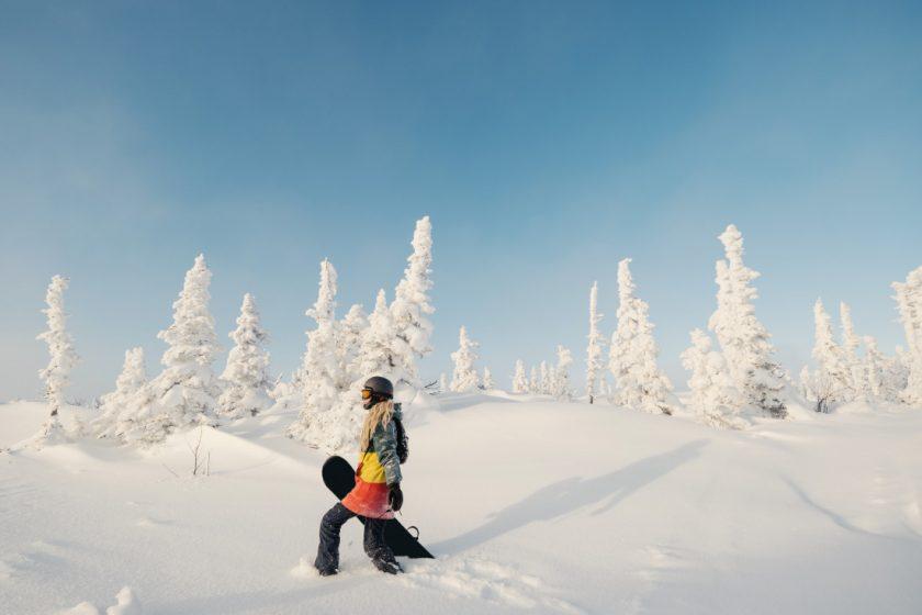 Сноуборд в Шерегеше и ёлка в снегу