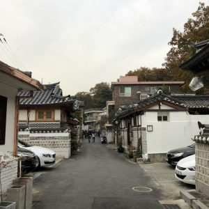 Букчон (Bukchon Hanok Village).