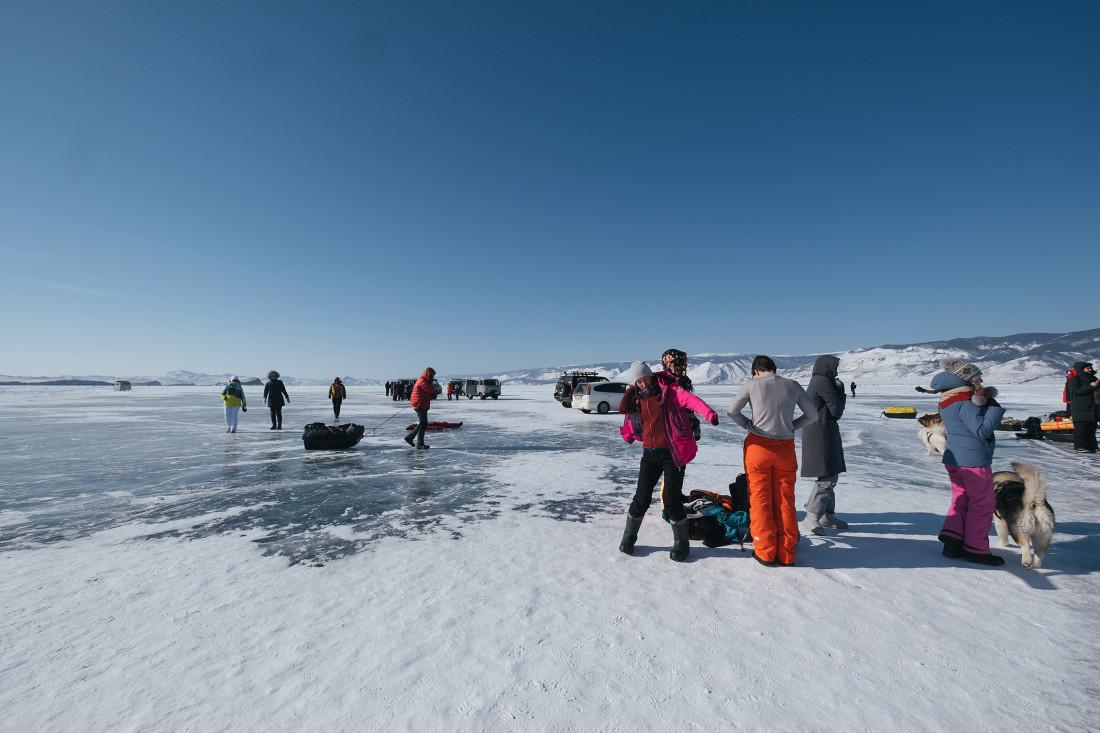Туристы на льду Байкала